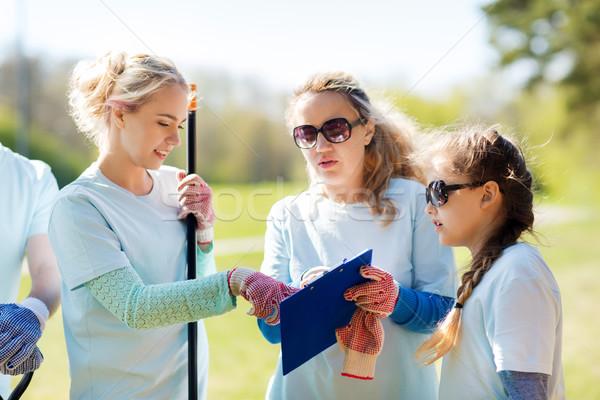 Grupo voluntários clipboard parque voluntariado caridade Foto stock © dolgachov