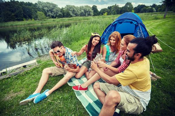 Zdjęcia stock: Szczęśliwy · znajomych · napojów · gitara · kemping · podróży