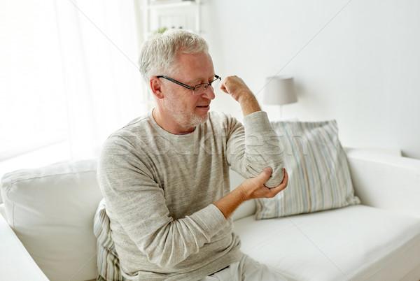 Nieszczęśliwy starszy człowiek cierpienie łokieć ból Zdjęcia stock © dolgachov