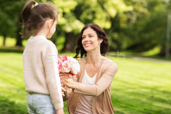 Foto stock: Menina · flores · mãe · verão · parque · família