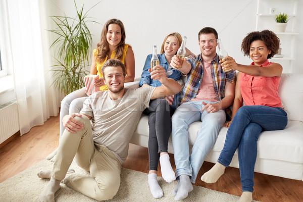 Heureux amis popcorn bière maison amitié Photo stock © dolgachov