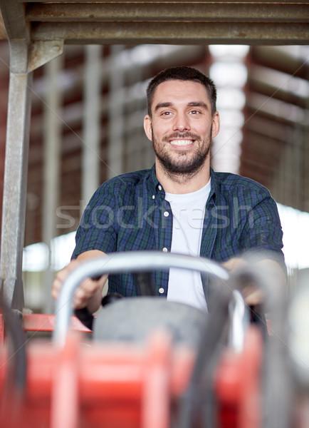 Homme agriculteur conduite tracteur ferme Photo stock © dolgachov