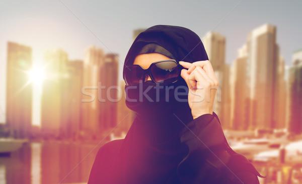 Muçulmano mulher hijab óculos de sol Dubai cidade Foto stock © dolgachov