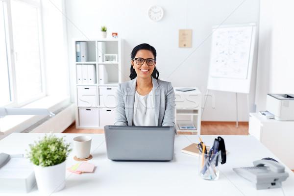 Stockfoto: Gelukkig · zakenvrouw · laptop · werken · kantoor · zakenlieden
