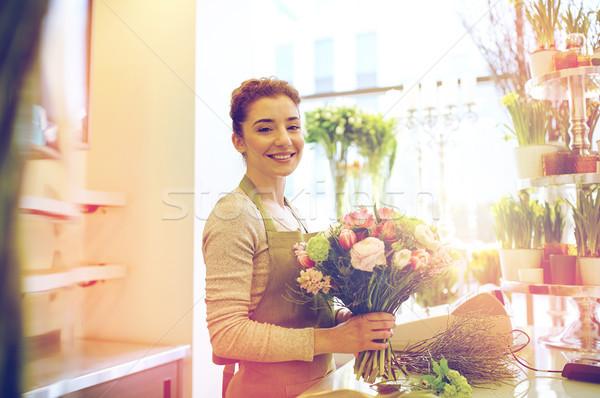 Gülen çiçekçi kadın Stok fotoğraf © dolgachov