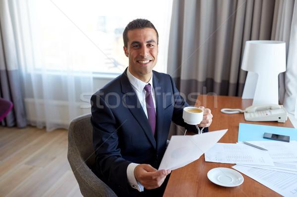 Işadamı kağıtları içme kahve otel iş gezisi Stok fotoğraf © dolgachov