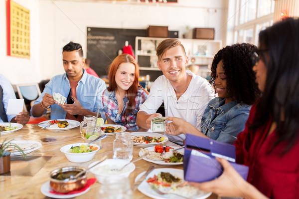 Gelukkig vrienden geld betalen restaurant recreatie Stockfoto © dolgachov