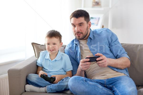 Hijo de padre jugando videojuegos casa familia paternidad Foto stock © dolgachov