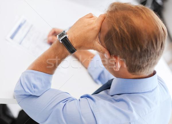 Hombre firma contrato negocios oficina escuela Foto stock © dolgachov