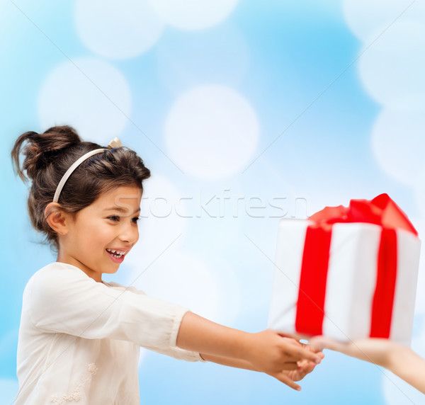 ストックフォト: 幸せ · 子 · 少女 · ギフトボックス · 休日 · プレゼント