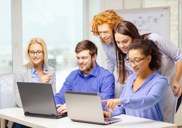 Foto stock: Sorridente · equipe · laptop · informática · escritório · negócio