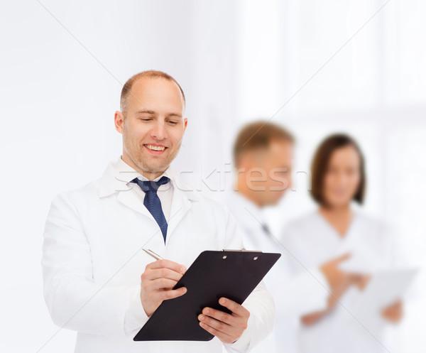 Foto stock: Sorridente · médico · do · sexo · masculino · clipboard · medicina · profissão · trabalho · em · equipe