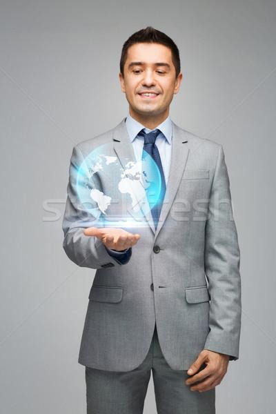 Gelukkig zakenman pak tonen wereldbol hologram Stockfoto © dolgachov
