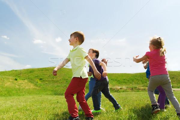 Zdjęcia stock: Grupy · szczęśliwy · dzieci · uruchomiony · odkryty · lata
