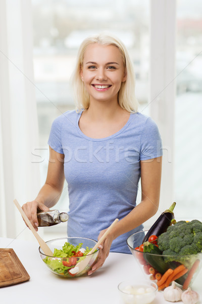 Stockfoto: Glimlachende · vrouw · koken · plantaardige · salade · home · gezond · eten