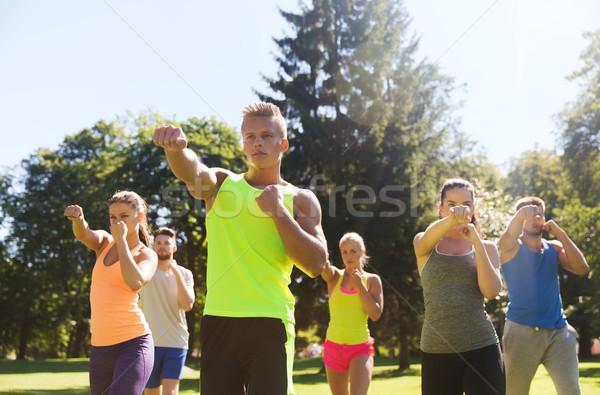 Grup arkadaşlar egzersiz açık havada uygunluk spor Stok fotoğraf © dolgachov