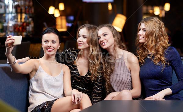Zdjęcia stock: Kobiet · smartphone · klub · nocny · uroczystości · znajomych