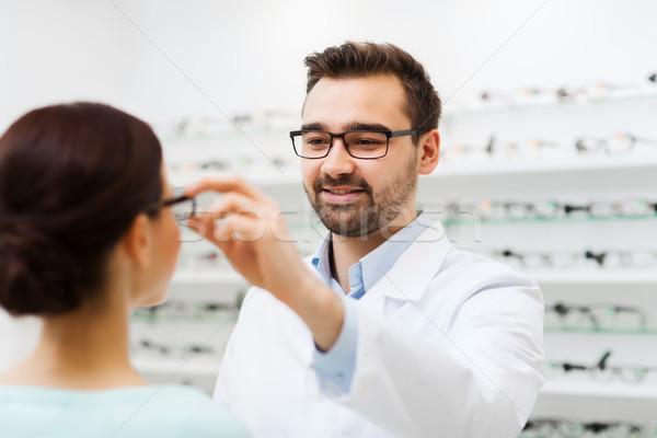 Optyk okulary kobieta optyka sklepu Zdjęcia stock © dolgachov
