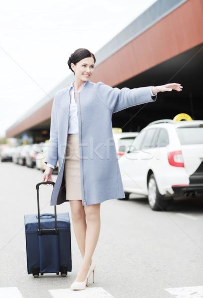 Mosolyog fiatal nő utazás táska taxi üzleti út Stock fotó © dolgachov