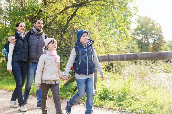 Família feliz caminhadas mata aventura viajar turismo Foto stock © dolgachov