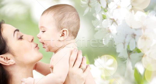 Gelukkig moeder zoenen aanbiddelijk baby familie Stockfoto © dolgachov