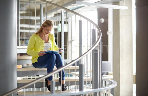 Sorridere liceo studente ragazza lettura libro Foto d'archivio © dolgachov