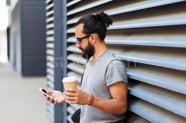 Férfi kávé sms chat okostelefon város utazás Stock fotó © dolgachov