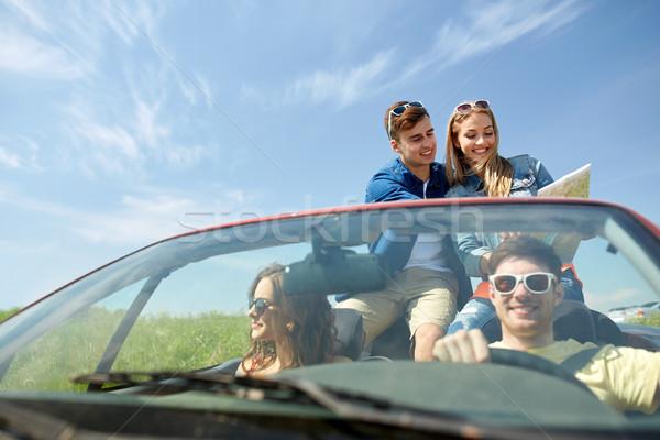 Szczęśliwy znajomych Pokaż jazdy kabriolet samochodu Zdjęcia stock © dolgachov