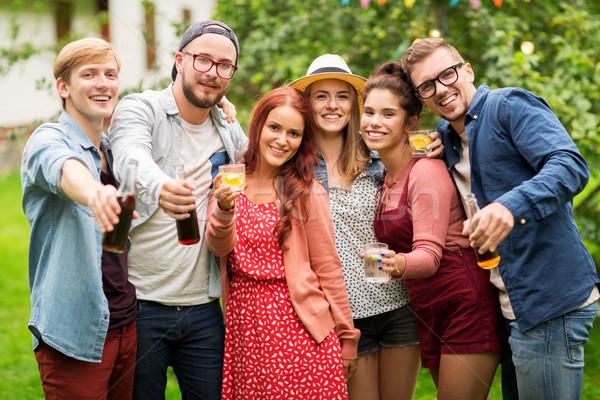 Gelukkig vrienden dranken zomer tuinfeest recreatie Stockfoto © dolgachov