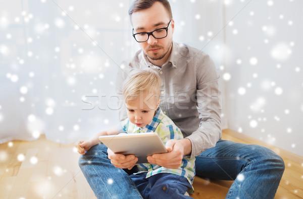Apa fia táblagép játszik otthon család gyermekkor Stock fotó © dolgachov