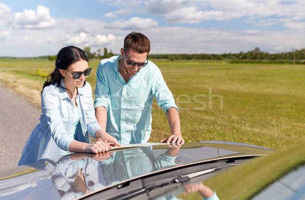 Boldog férfi nő autótérkép autó út Stock fotó © dolgachov