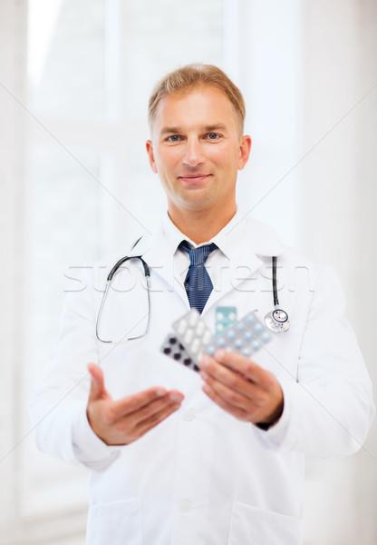 Giovani medico di sesso maschile pillole sanitaria medici farmacia Foto d'archivio © dolgachov