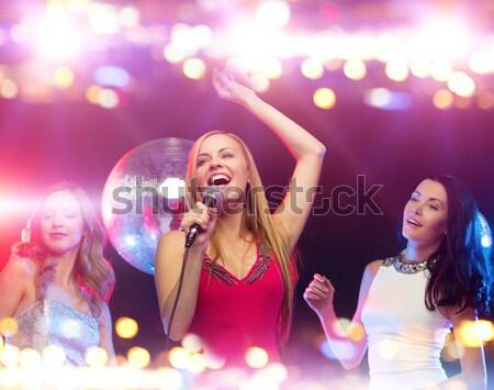 Stok fotoğraf: üç · gülen · kadın · dans · şarkı · söyleme · karaoke