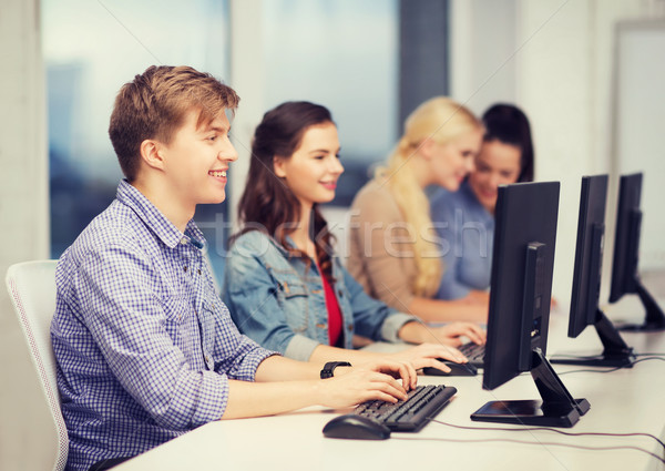 Öğrenciler bakıyor bilgisayar monitörü okul eğitim teknoloji Stok fotoğraf © dolgachov