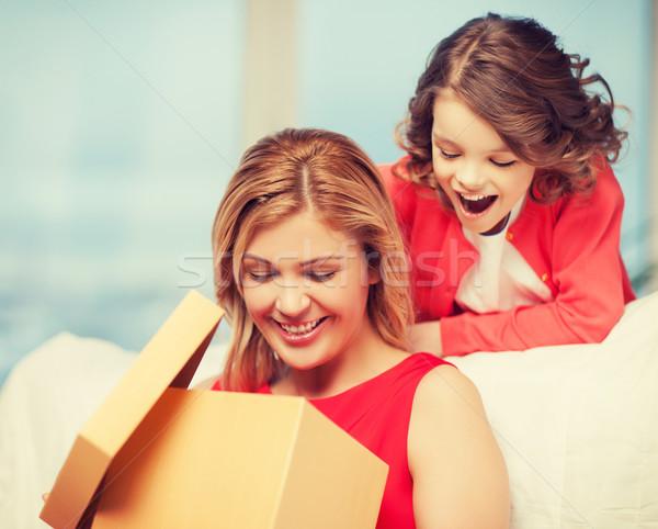 Mutter Tochter Bild Geschenkbox Frau Mädchen Stock foto © dolgachov