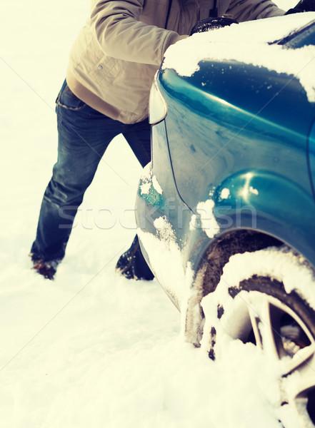 Homme poussant voiture coincé neige Photo stock © dolgachov