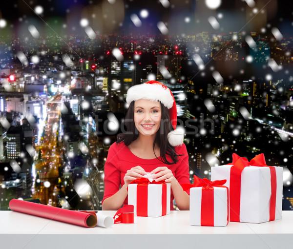 Glimlachende vrouw helper hoed geschenken Stockfoto © dolgachov