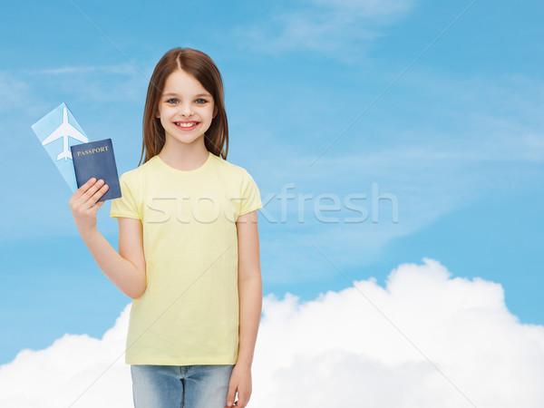 Sorridente little girl bilhete passaporte viajar férias Foto stock © dolgachov