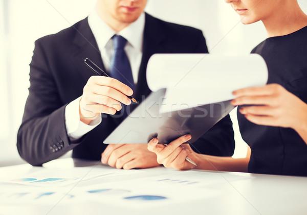 Сток-фото: бизнесмен · деловая · женщина · подписания · бумаги · фотография · бизнеса