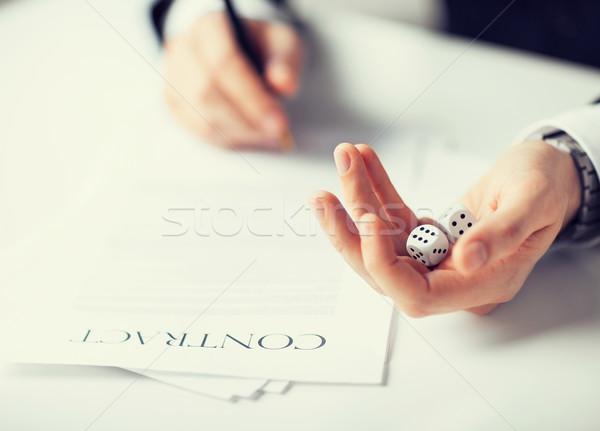 Foto stock: Homem · mãos · jogos · de · azar · assinatura · contrato · quadro
