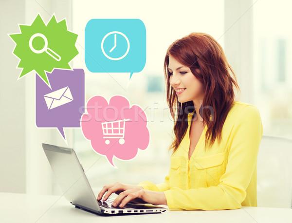 Glimlachende vrouw laptop computer home mensen technologie internet Stockfoto © dolgachov