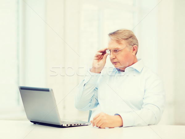 Oude man bril werken laptop home technologie Stockfoto © dolgachov