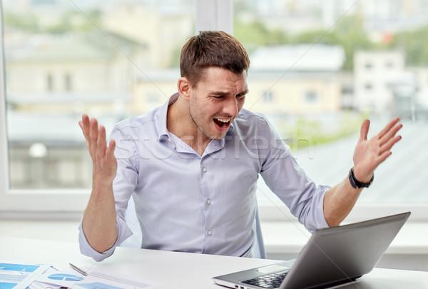 Foto stock: Zangado · empresário · laptop · documentos · escritório · pessoas · de · negócios