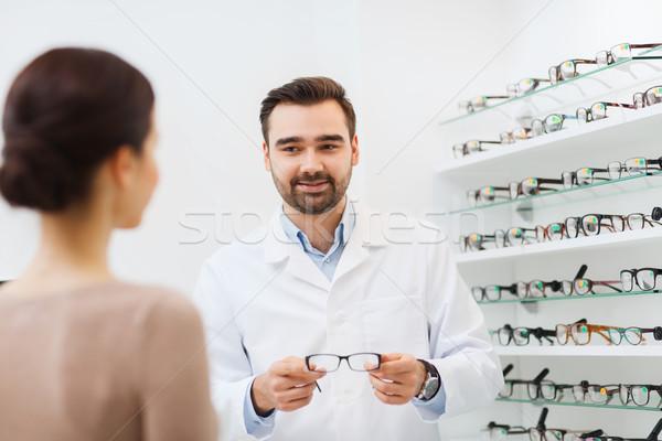 Mulher oculista óculos ótica armazenar Foto stock © dolgachov