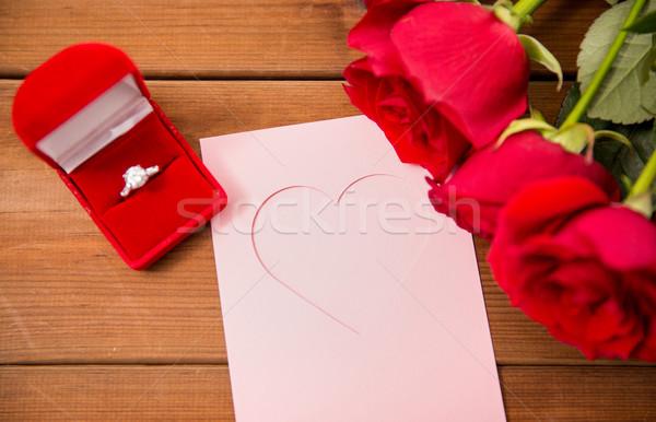 Anello di diamanti rose biglietto d'auguri amore proposta Foto d'archivio © dolgachov