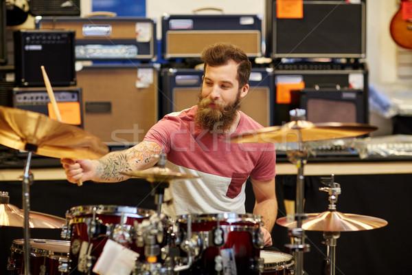 Erkek müzisyen oynama müzik depolamak satış Stok fotoğraf © dolgachov