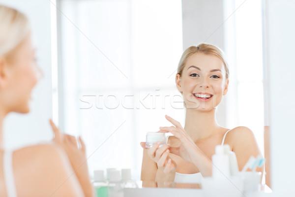 ストックフォト: 幸せ · 女性 · 適用 · クリーム · 顔 · バス
