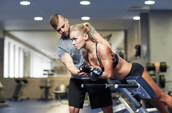 Vrouw personal trainer spieren gymnasium sport opleiding Stockfoto © dolgachov