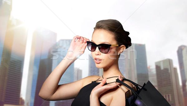 Gelukkig vrouw zwarte zonnebril verkoop Stockfoto © dolgachov