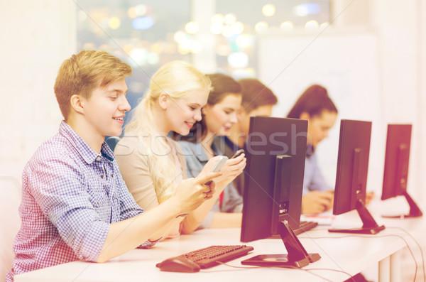 学生 コンピュータモニター スマートフォン 教育 インターネット グループ ストックフォト © dolgachov